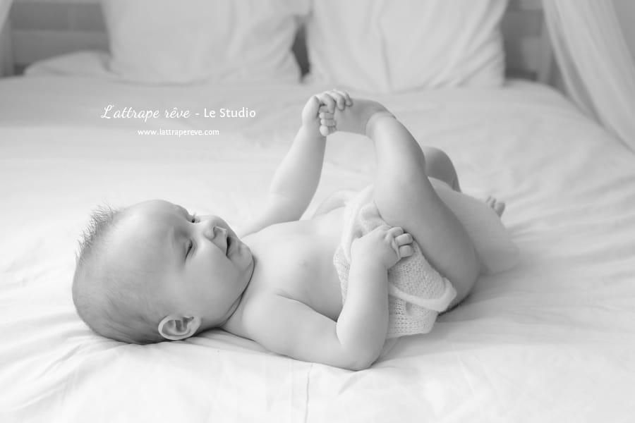bebe joue avec ses pieds