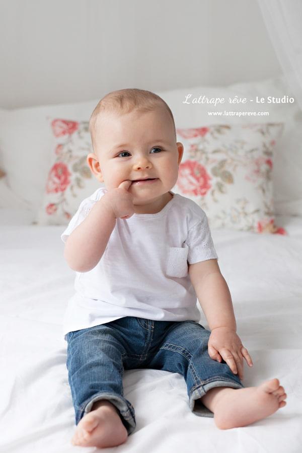 photo bebe jean sur un lit