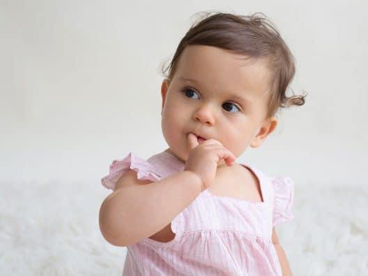 bebe suce son doigt