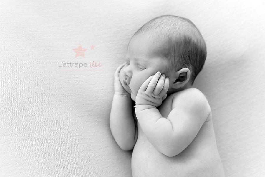 bebe endormi noir et blanc