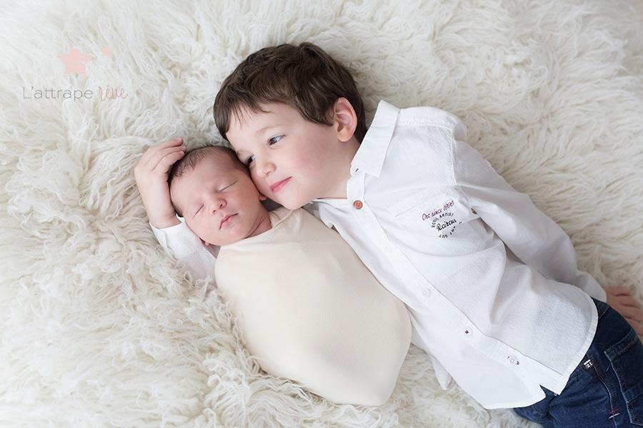 câlin grand frère et bebe