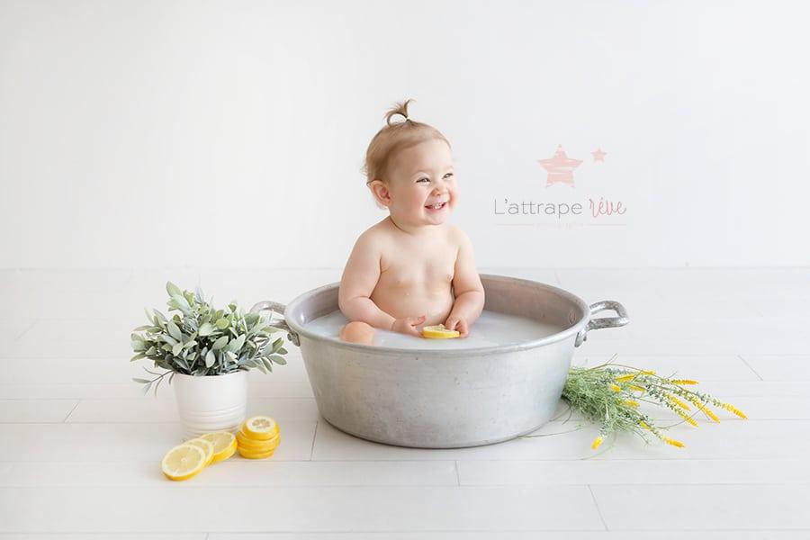 bain de lait pour bébé heureux